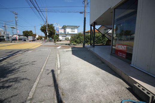 店舗前面には、縦列で軽自動車2台分は停められそう。