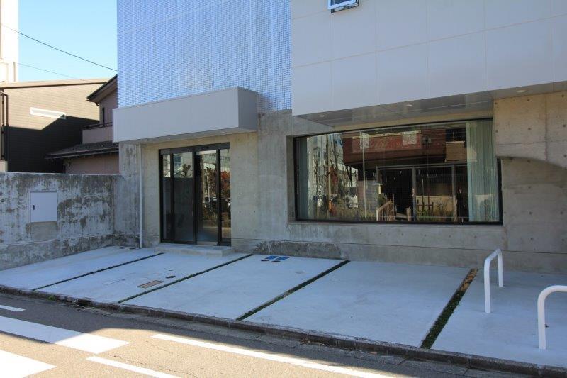 駐車場は正面に3台とれます。
