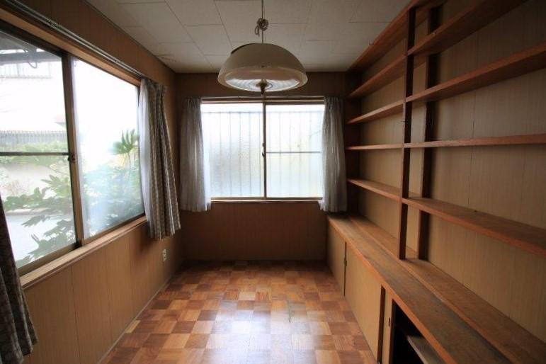 本好きが高じて増築した書庫。びっしり本が並んでいました。