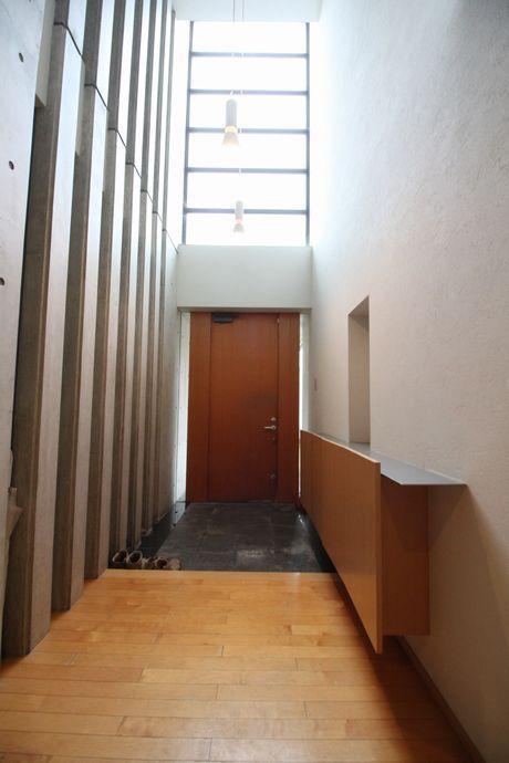 光をふんだんに取り入れた玄関吹き抜け。