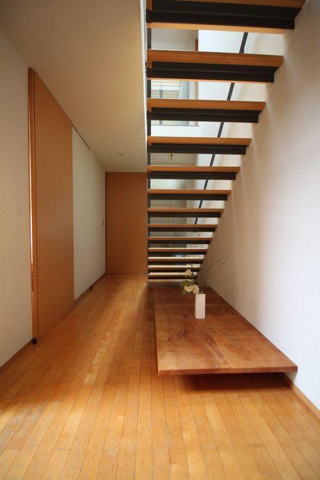 階段下からも光が漏れてキレイ。