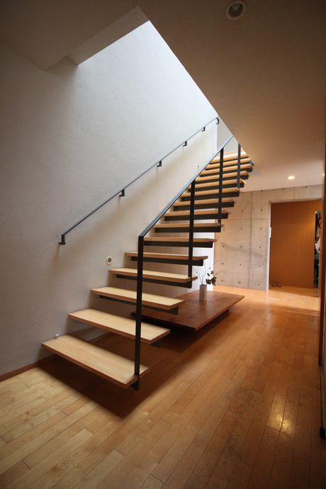 蹴込み板のないストリップ階段はそれだけでオブジェのよう。
