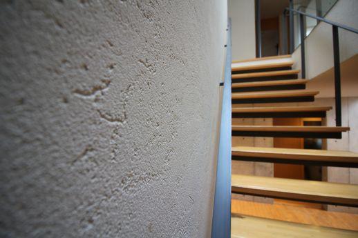 バスマットで知名度のある珪藻土を壁一面に贅沢に使用。