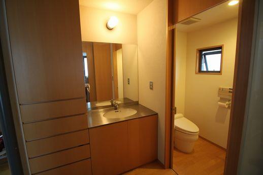 2階の洗面台とトイレ。