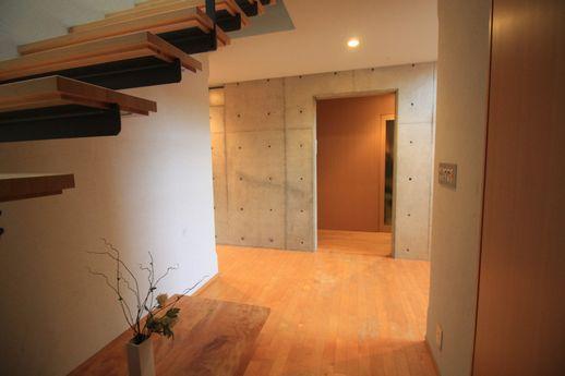 1階の階段下から玄関方向への眺め。