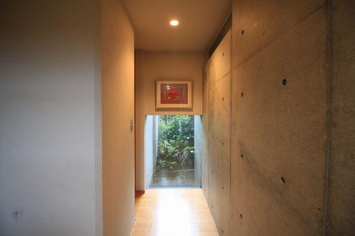 玄関入って正面の窓。ちょっとしたアート空間。