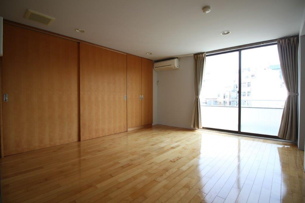 明るい色調のフローリングの洋室。日当たり〇