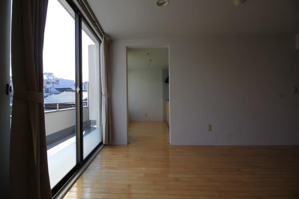 洋室横の台所も独立した空間