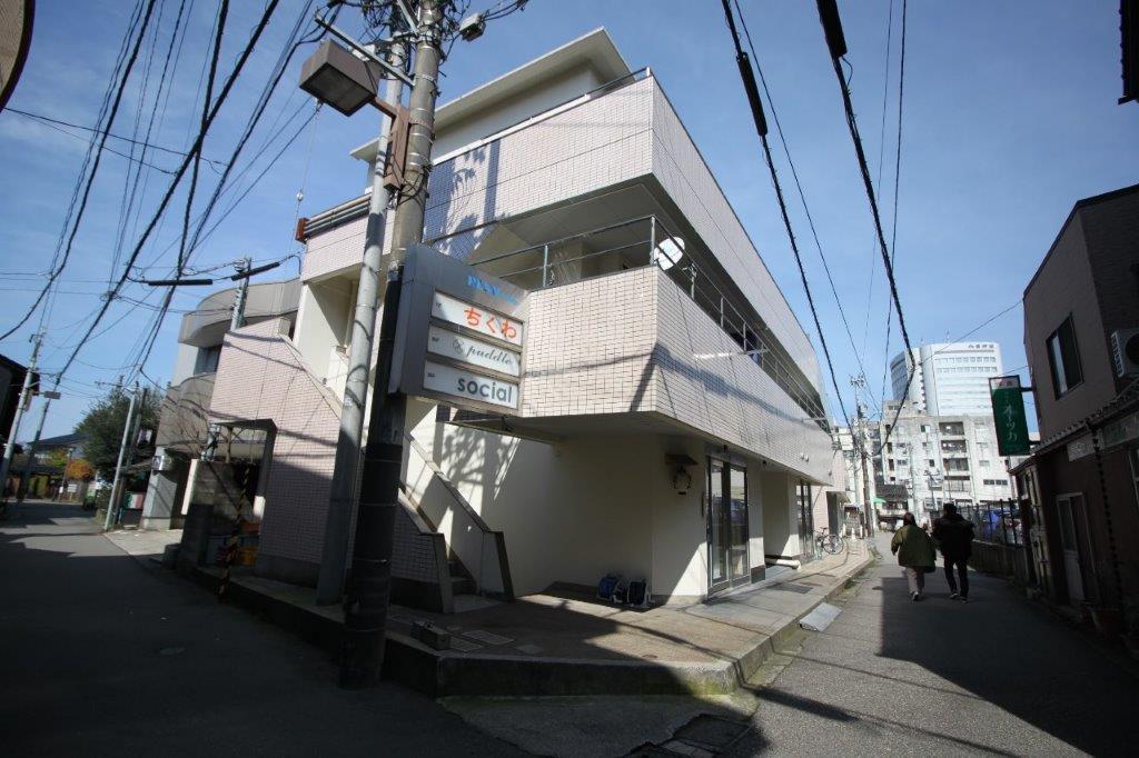 1階には、おでんバルの**LINK|https://reallocal.jp/48341/|「ちくわ」**、映像制作会社のオフィスが入居