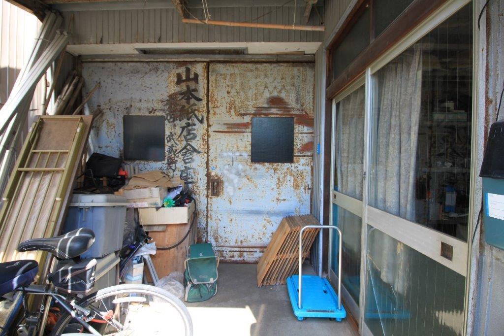 味わいがたまらない作業場入り口の鉄扉。右側の扉は、事務所入り口。