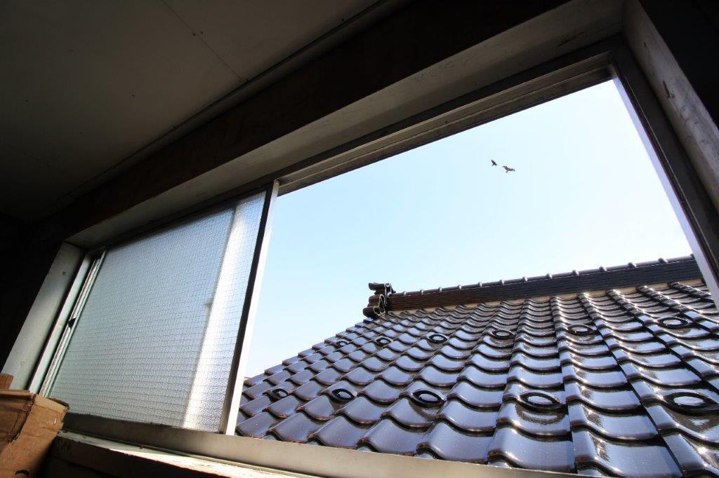 3階東側の窓を開けると、空が見えます。ここへも陽が差し込むかと