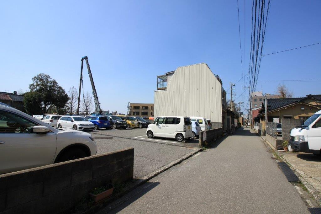 前面道路。建替工事中の建設会社社屋の裏手になります。
