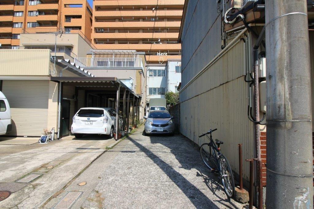 竿(路地状地)部分も土地面積に含まれます。縦列で車3台は駐車出来ます。