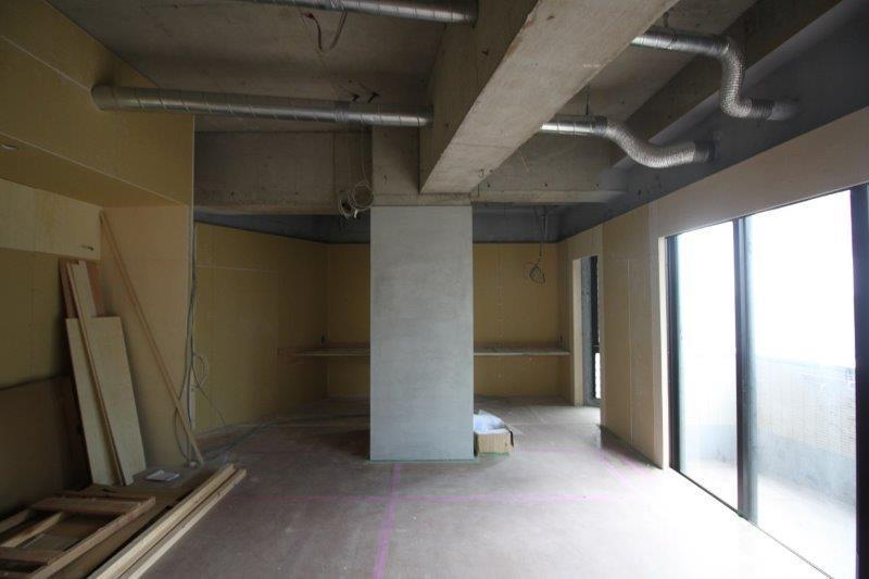 LDK。躯体はあえてそのままにして天井の高さを確保しています。