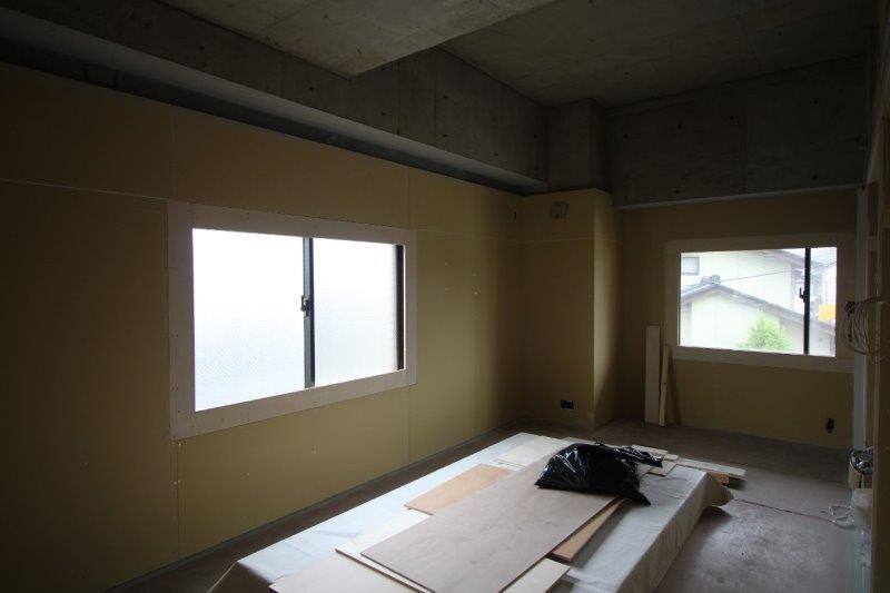 洋室。窓が2面にあり、明るいです。