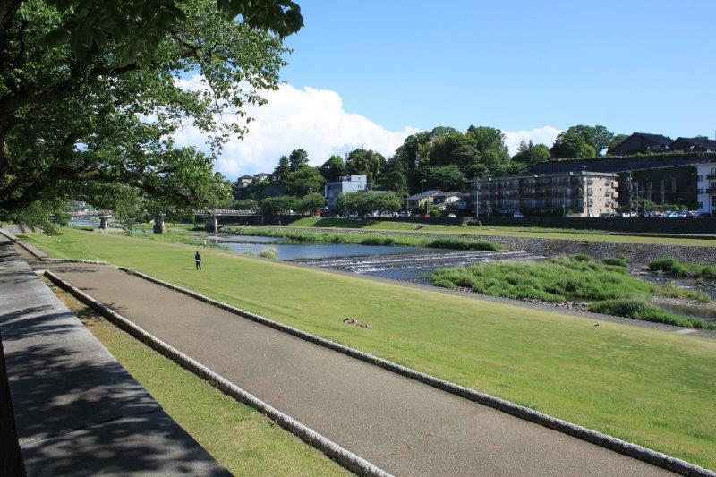 犀川までは徒歩3分。奥に見えるのが最寄りの橋「桜橋」です。