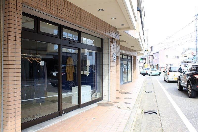 マンション1階には、雑貨店やセレクトショップなどが入居しています。