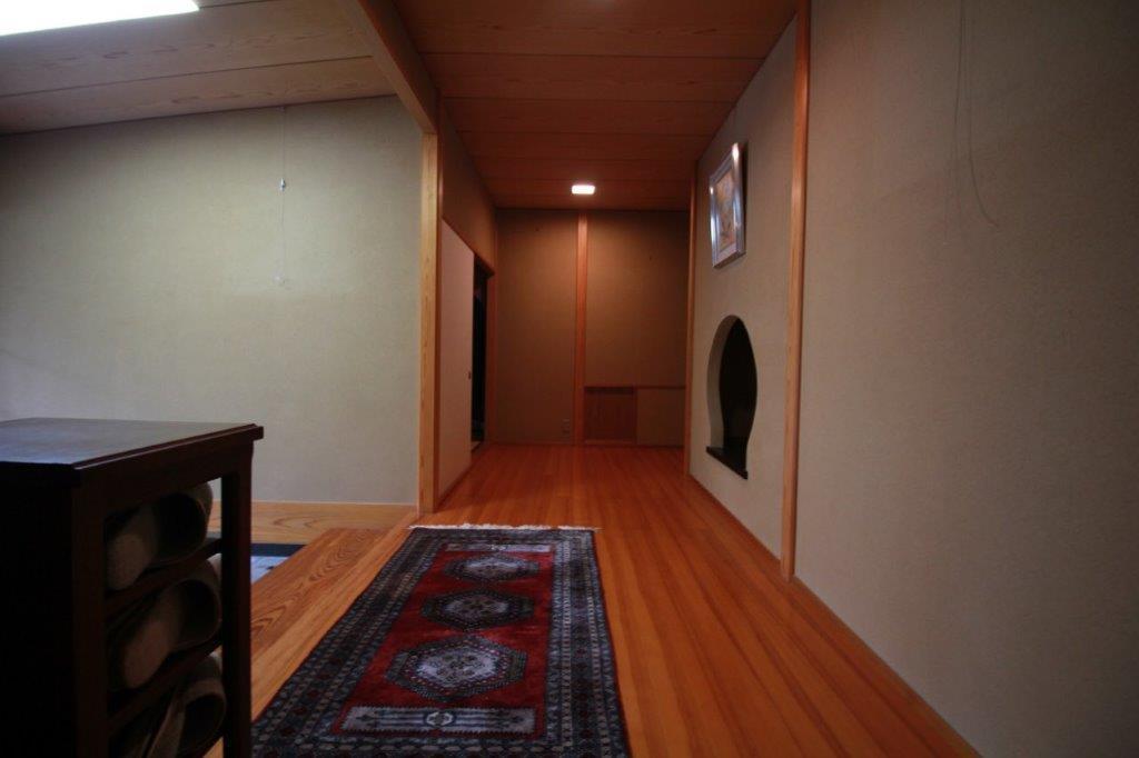 勾配天井の玄関から廊下