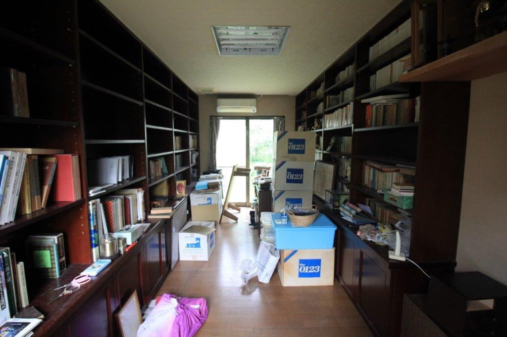 南側平屋へ。広々とした書斎