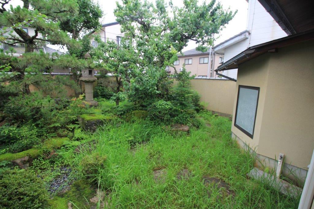 裏庭(南側庭園)に突き出すように配置された浴室。どうにか目隠し対策して、お風呂から庭を見たい