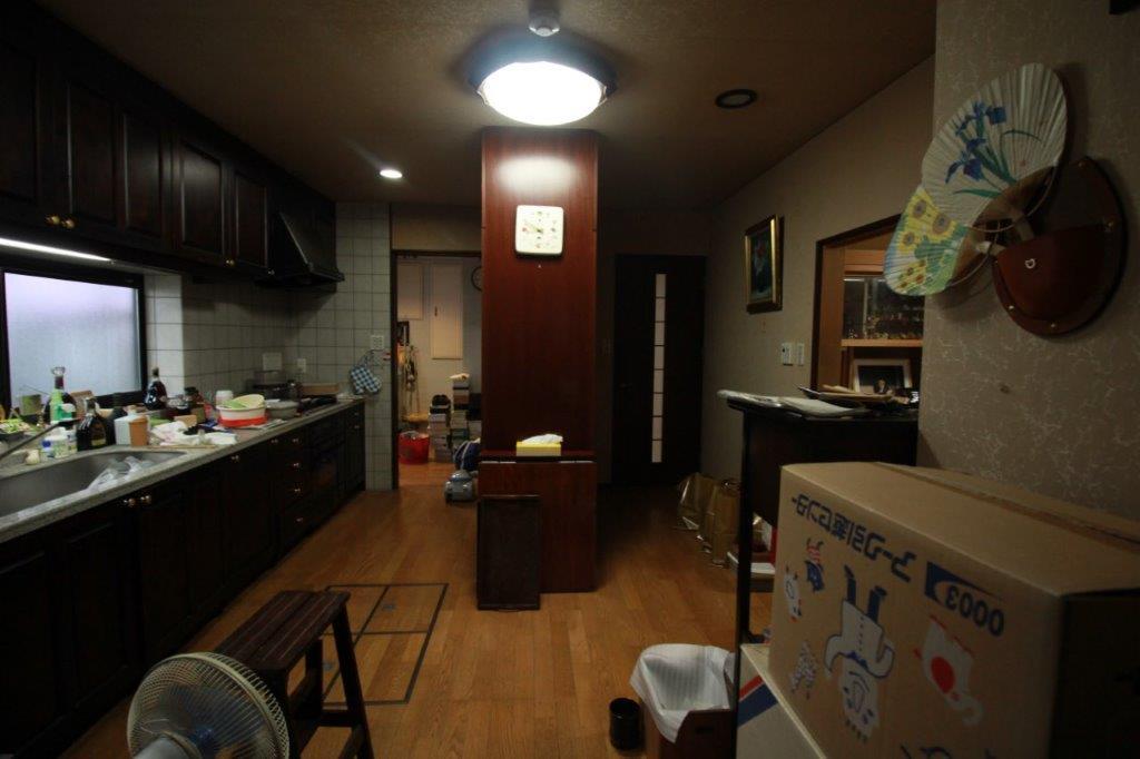 台所。備え付けの食器棚を撤去するなどのある程度の改修で、DKとして使えそう