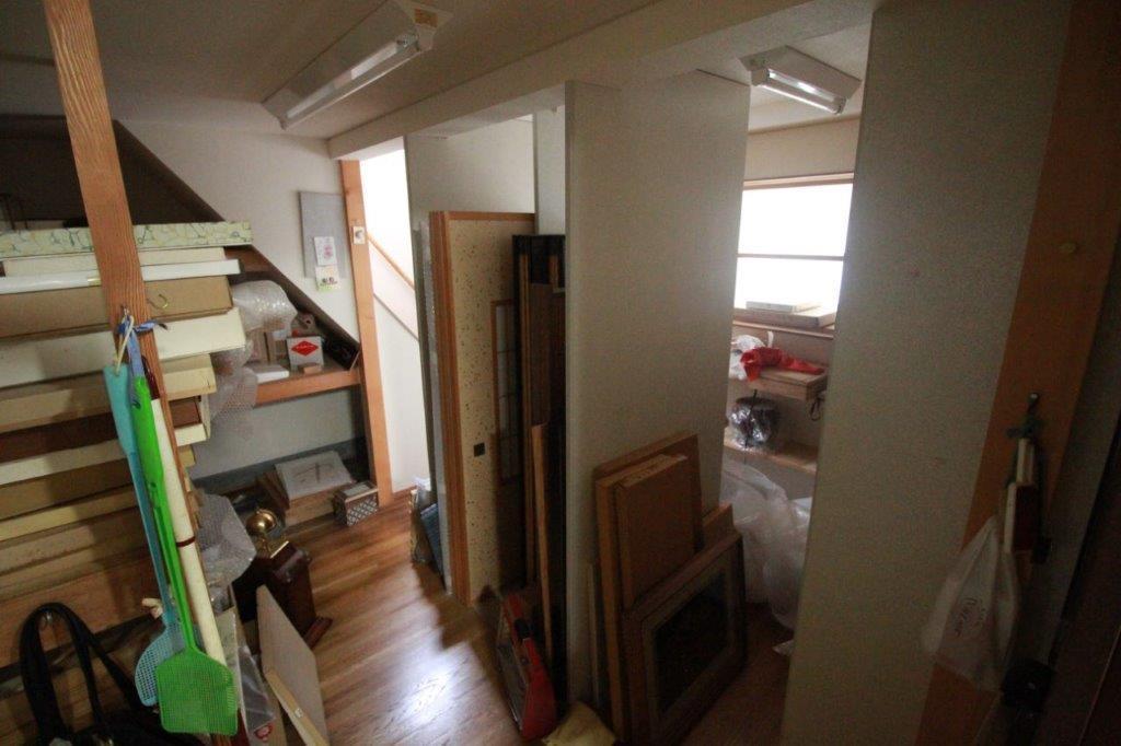 台所横の倉庫(納戸)は2階建てです。1階も2階も倉庫なので、しっかり収納スペースも確保