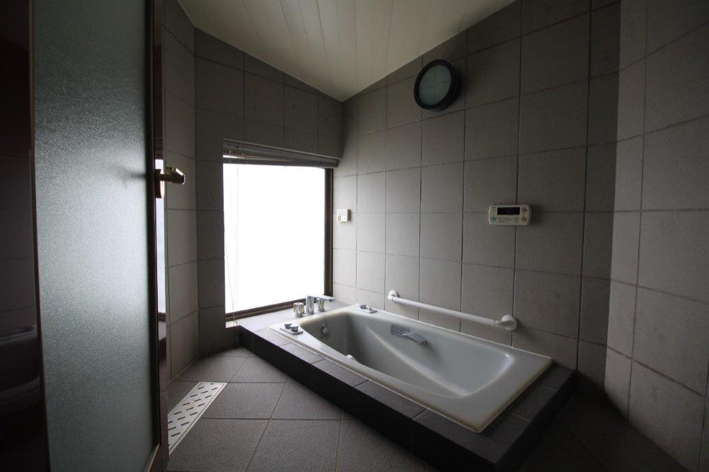 裏庭(南側庭園)に突き出すように配置された浴室。湯舟に浸かりながら庭園を望める設計