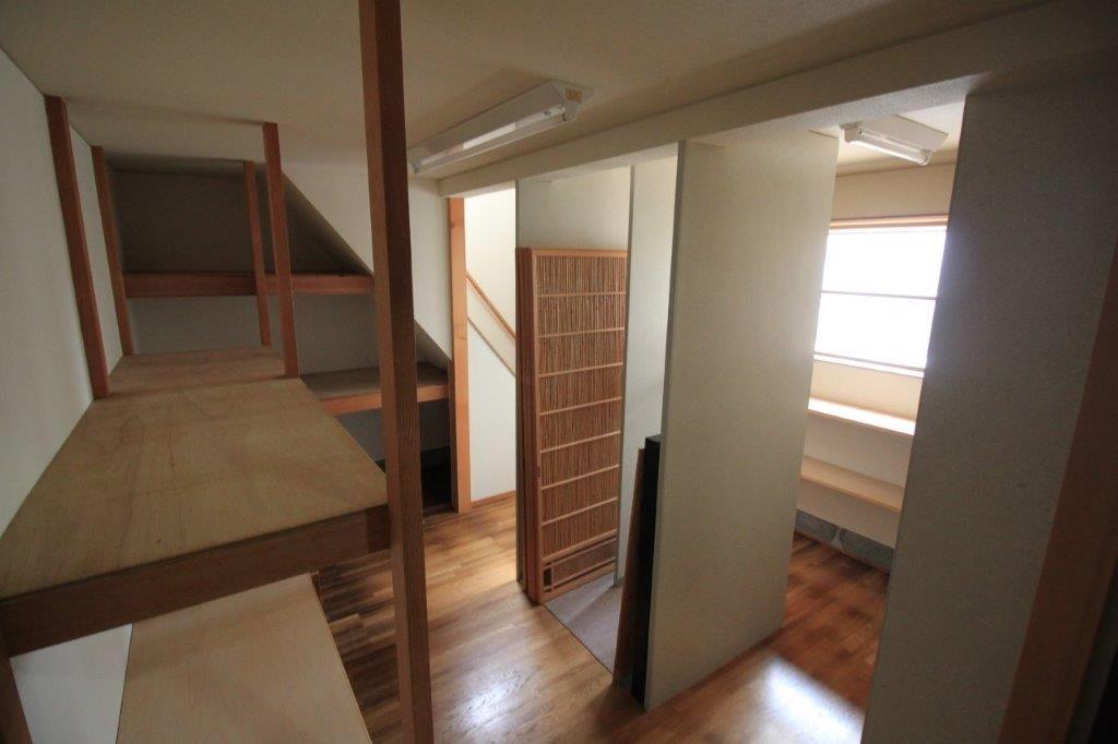 台所横の倉庫(納戸)は2階建て。1階は簀戸など建具を収納できるように設計されています