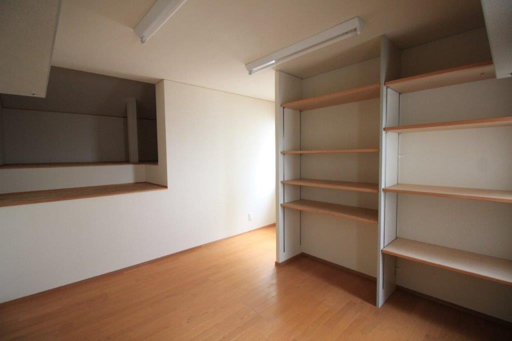 倉庫2階。ロフトような空間もあり、大容量収納可能