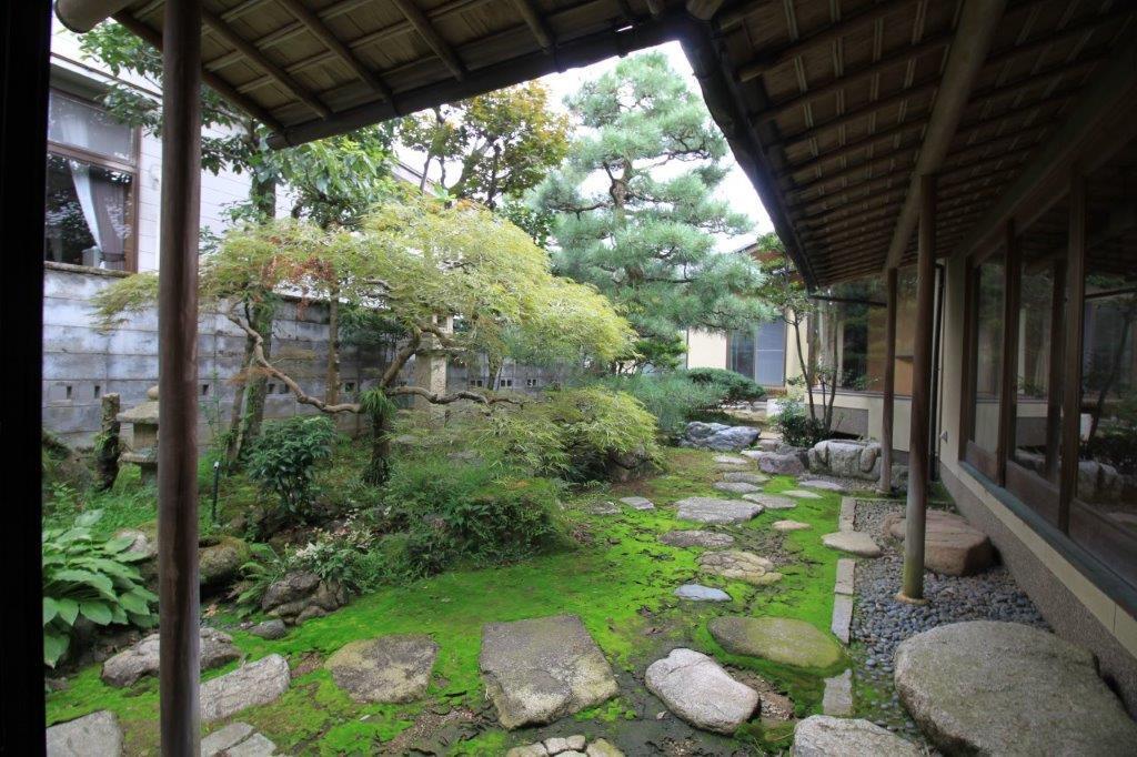 茶室から。この建物のメインとなる東側庭園