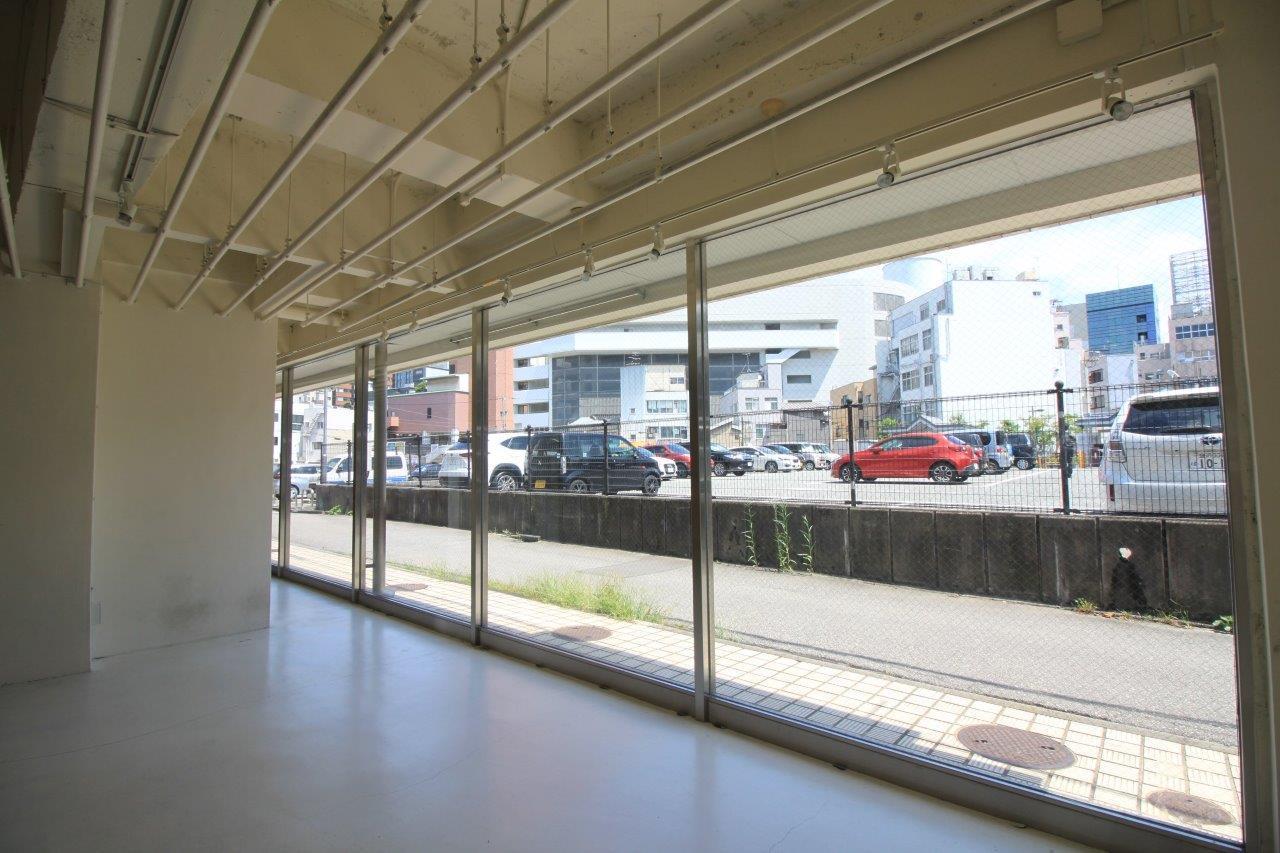1階真ん中のガラス張りの区画