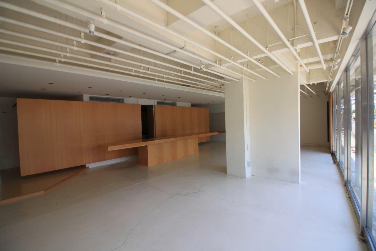 白の統一された空間に、木目調のカウンターと間仕切壁が印象的