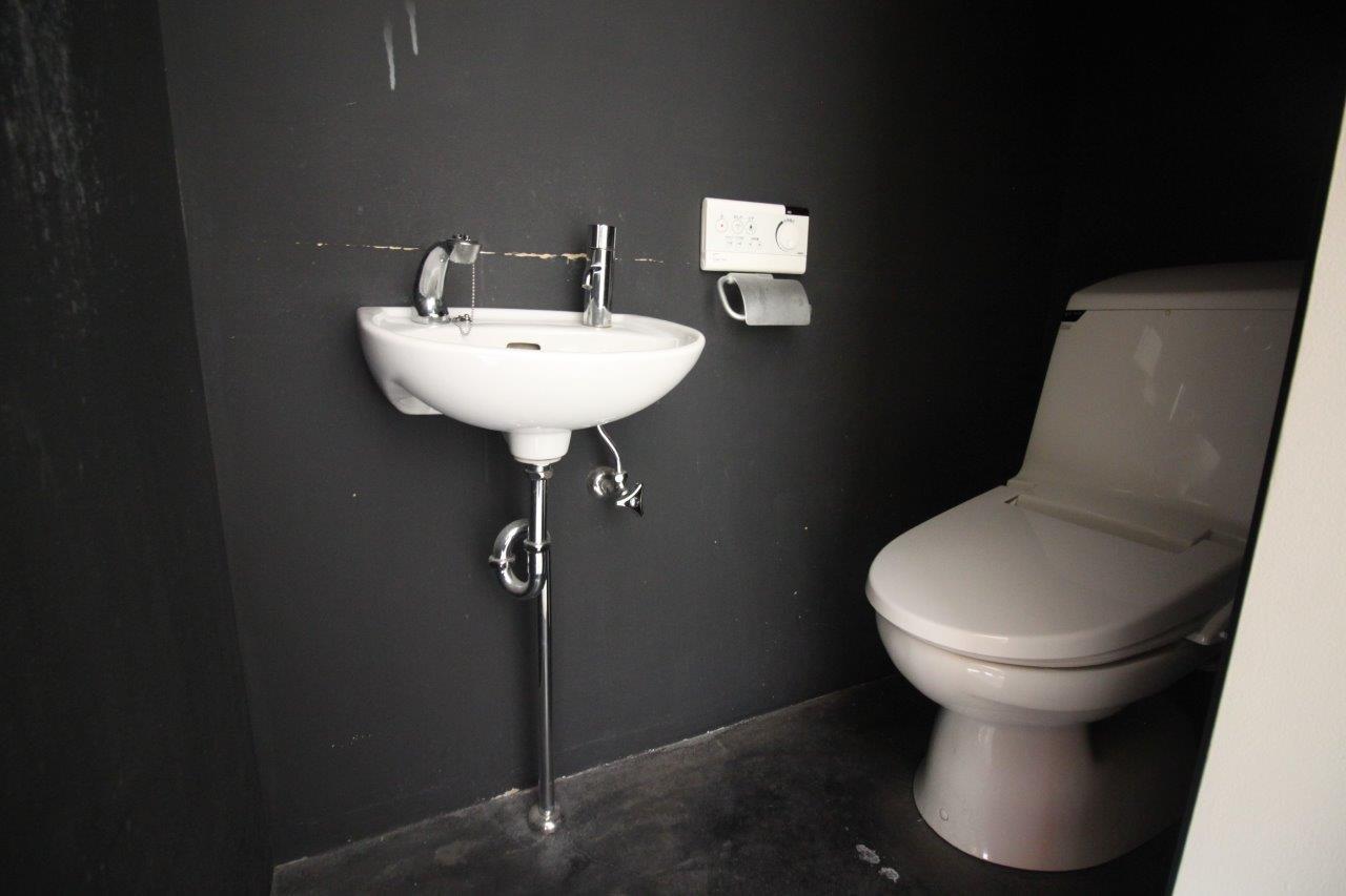 トイレは黒の空間