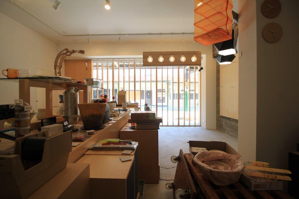 店舗スペース。ガラス張りなのでとても明るい