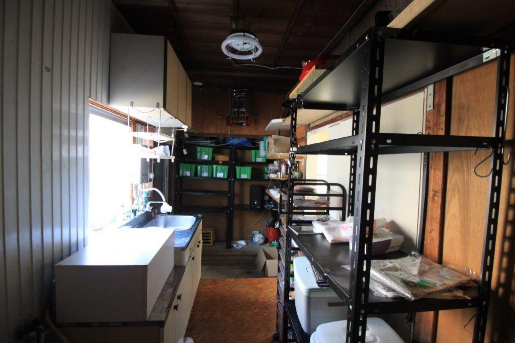 事務所スペース奥の給湯室兼倉庫