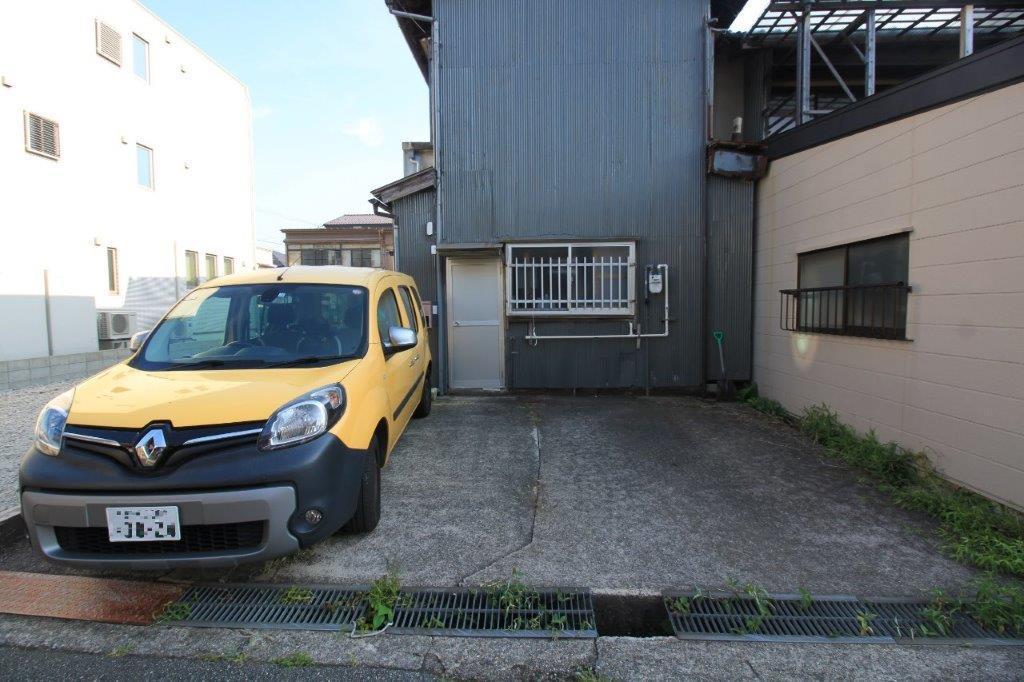 裏側には、2台分の駐車スペースあり