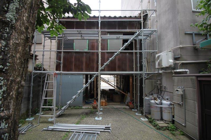 (2020年6月)建物裏から。柿の木から物件壁までのスペースは専有面積には入りませんが、使用の相談可能です。「藤舞台」をテーマに緑化予定。