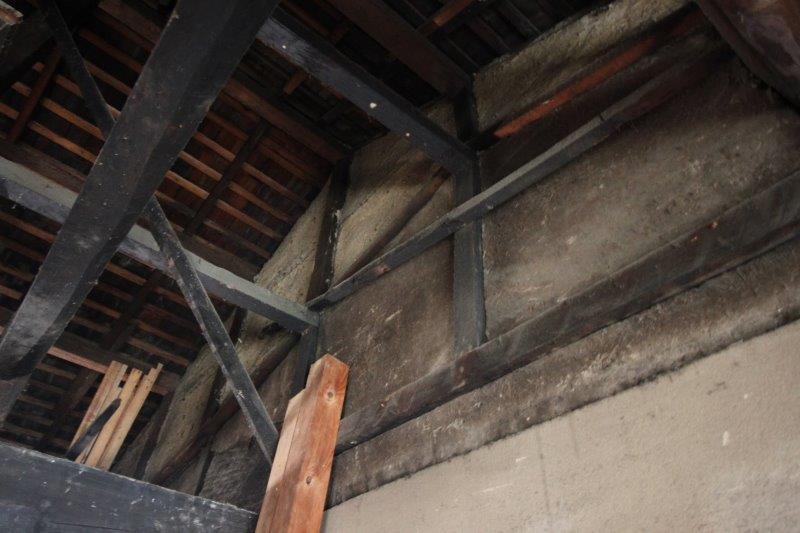 """見上げると、""""屋根の跡""""。おそらく建てられた当初は、板に石を置いた「石置き屋根」で、そこから天井を上げて勾配をつけ現在の瓦葺の屋根へ。町家が変化していった過程が見てとれます。"""