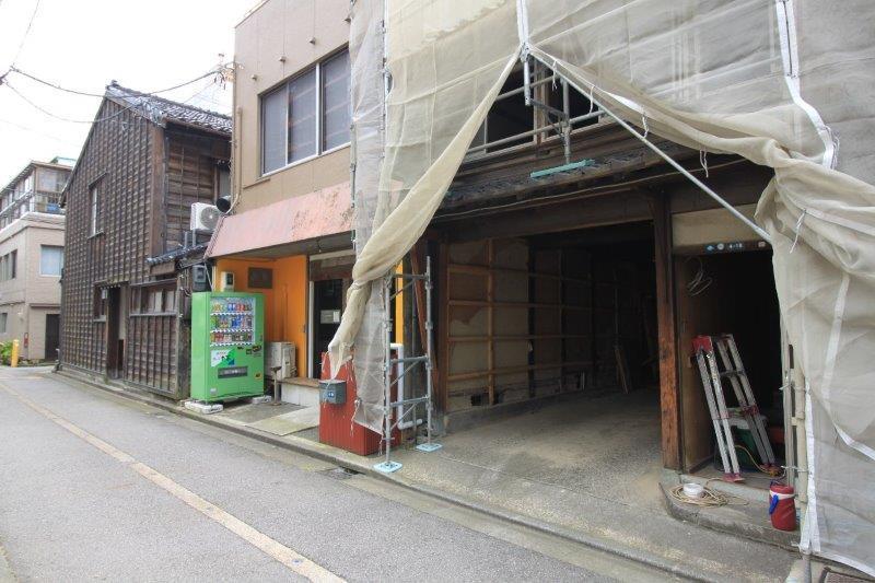 このあたりもかつては町家が連なっていたとか。現在は左から、町家をリノベーションしたお寿司と和食のお店、ゲストハウスのビルが並びます。向かって右隣りは焼き肉店。