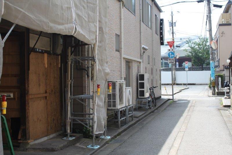 建物前の道路からは金沢駅の鼓門が見えます。