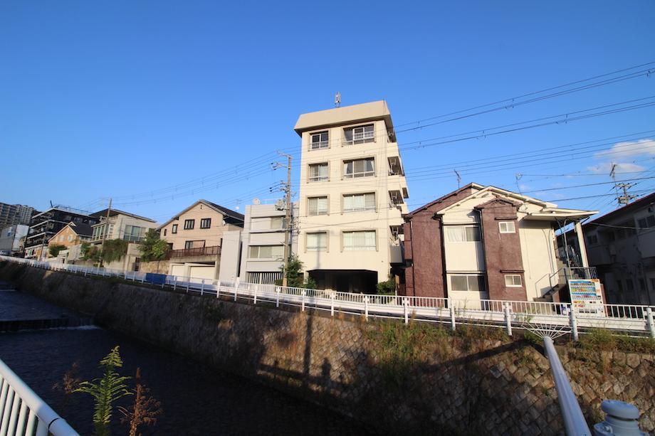 川沿いにニョキッと建つレトロマンション