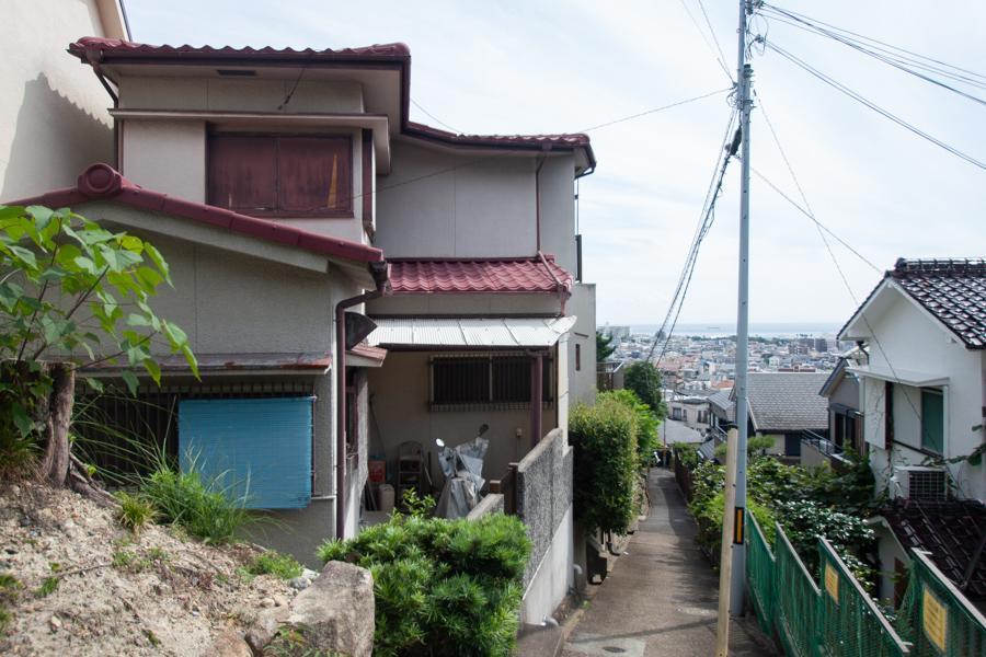 写真左が当物件。海まで見える高台
