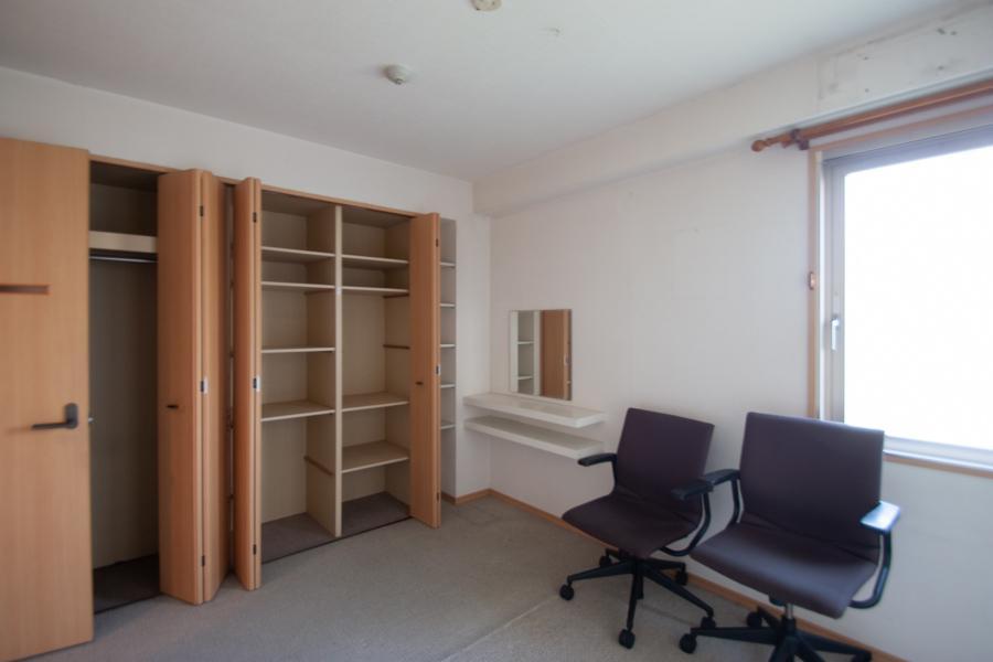 玄関側に洋室1部屋