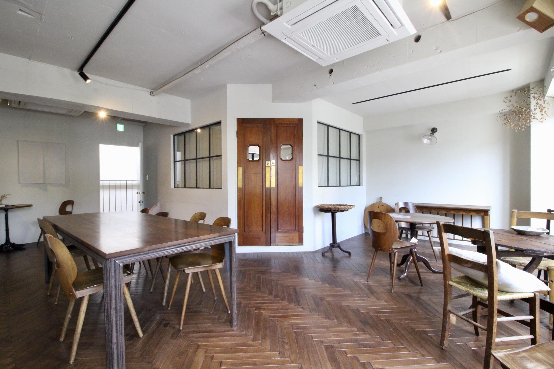 部屋の中心部、金庫のような重厚感のあるドアの中にキッチンを発見