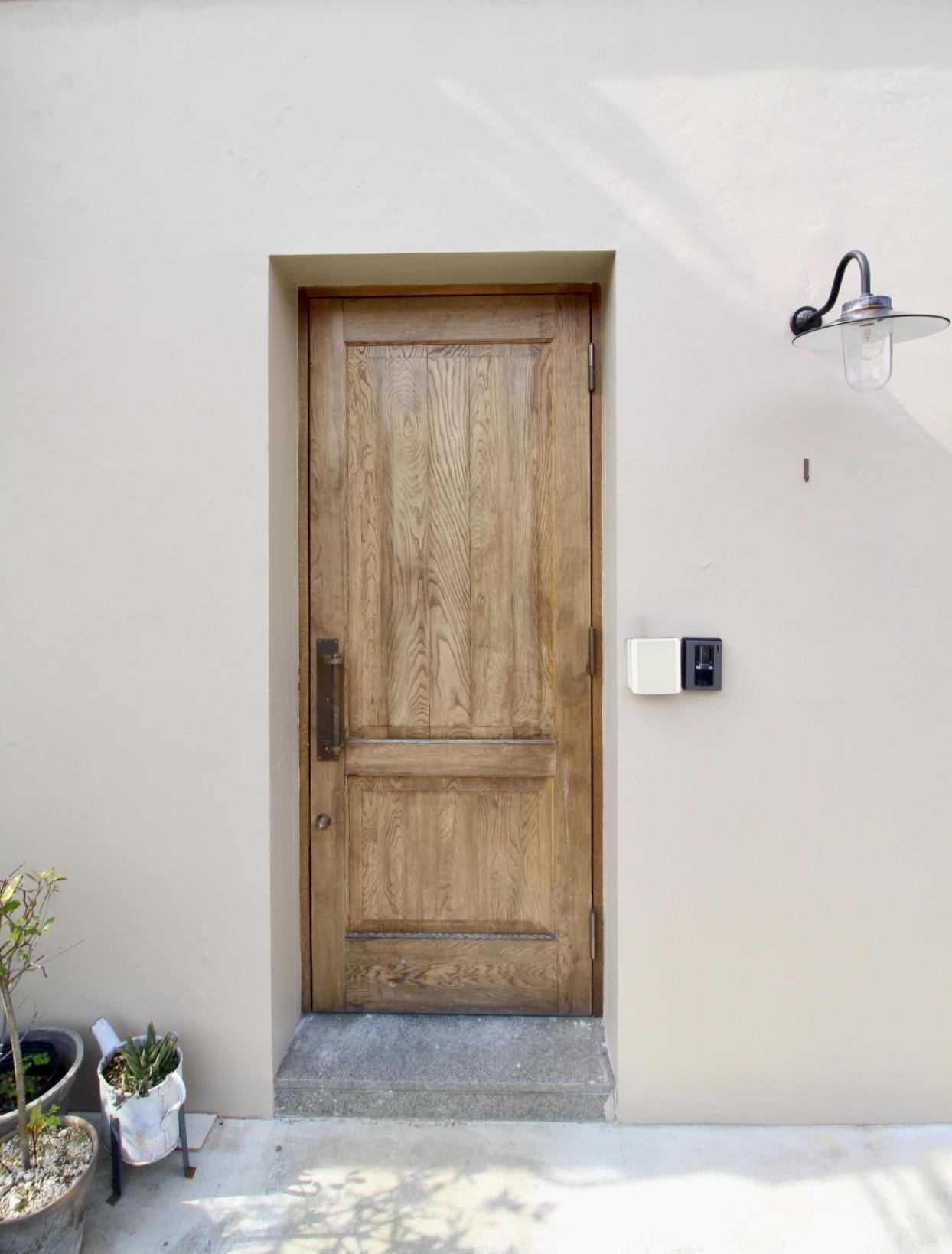 開くと2階への階段が現れる愛らしいドア