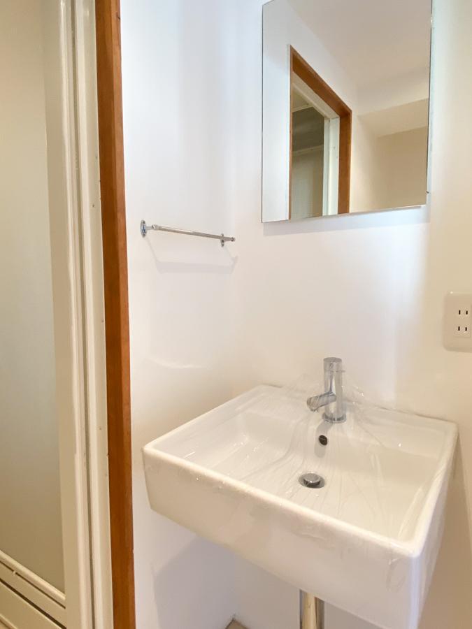 洗面台はシンプルで清潔感あり