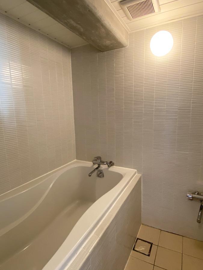 全面タイル張りの浴室。浴槽広めです。