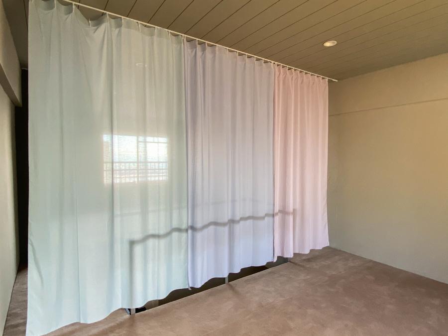 カーテンでゆるく空間を仕切るイメージ
