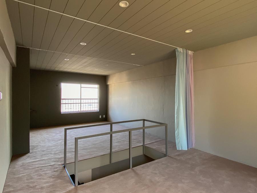 2階はくすんだピンクのカーペット敷