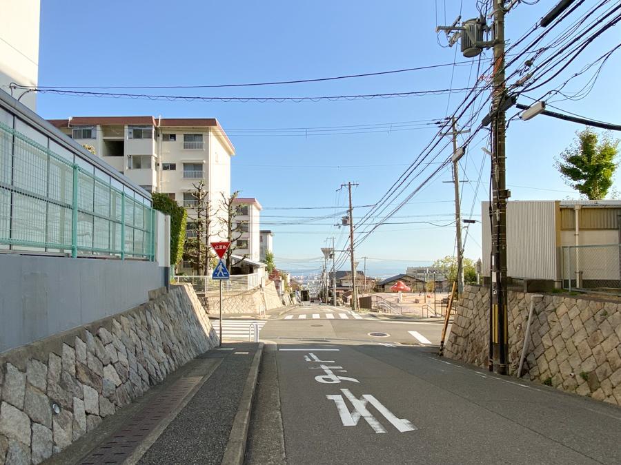 坂の下に神戸の街並みが広がります